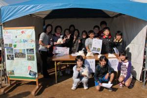 行方小学校児童餅米販売の実演
