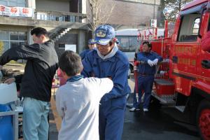 消防団による給水活動