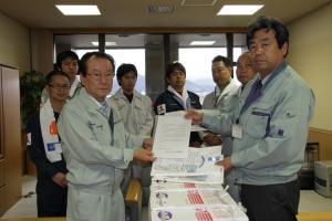 鈴木伸一副町長に物資を手渡しました