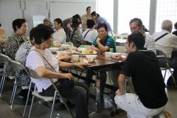 行方産食材で作った昼食を食べながらの地域間交流
