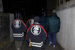 消防団の着物を着用して夜回りをする子どもたち