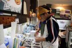 和菓子作りを手伝う中学生