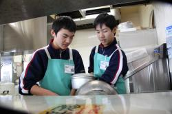 調理器具を洗う中学生