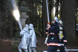 消火作業にあたる消防署員