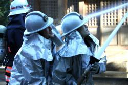 消火作業にあたる消防団員