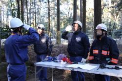 消防団長に点検報告を行う地元消防団の部長