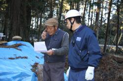 火災発生の場所や状況を消防書に通報する地元住民