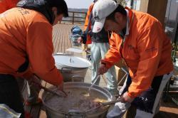 行方市の若手職員が豚汁のサービス
