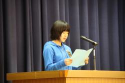 児童を代表して別れのことばを述べる内山綾香さん