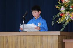 児童を代表して別れのことばを述べる矢幡光さん