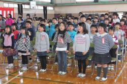 全校児童による校歌斉唱