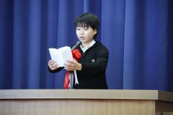 児童を代表してお別れの言葉を述べる平塚舞さん