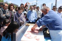職人の包丁さばきを披露する海老澤武美さん