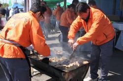 米豚肉を手際よく焼くスタッフ