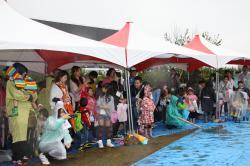 悪天候の中大勢の参加者が詰めかけました