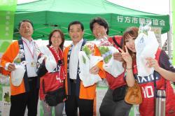 伊藤市長と貝塚議長が野菜を配布