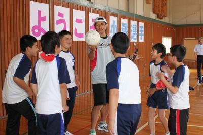 小澤選手とサッカーボールで交流