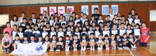 小澤選手と全校児童が記念写真