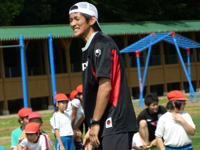 麻生東小学校で小学生と交流する小澤選手