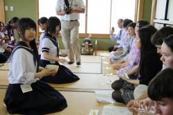 茶道を指導する麻生高生