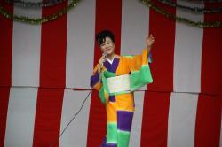 地元出身の歌手藍晴美さん
