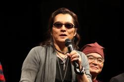 主題歌を歌う石井竜也さん