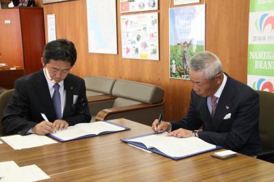 協定書に署名する鈴木市長と熊谷支部長