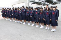 校歌を歌う中学生