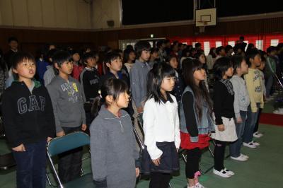 校歌を歌う手賀小児童