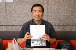 サインを書く松村監督