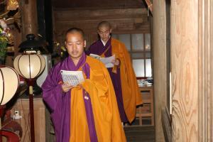 『お経を読む僧侶』の画像