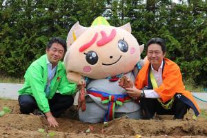 『市長と社長も芋掘りに挑戦』の画像