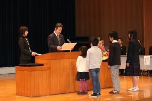 『市長が表彰状を授与(26年度読書感想文)』の画像