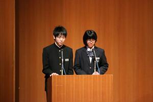 『表彰式の司会を務める中学生』の画像
