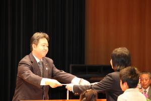 『市長が表彰状を授与(平成26年度読書感想文市長賞)』の画像
