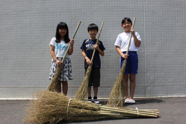 『玉造小児童に竹ほうきを寄贈』の画像