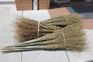 『手作りの竹ほうき』の画像